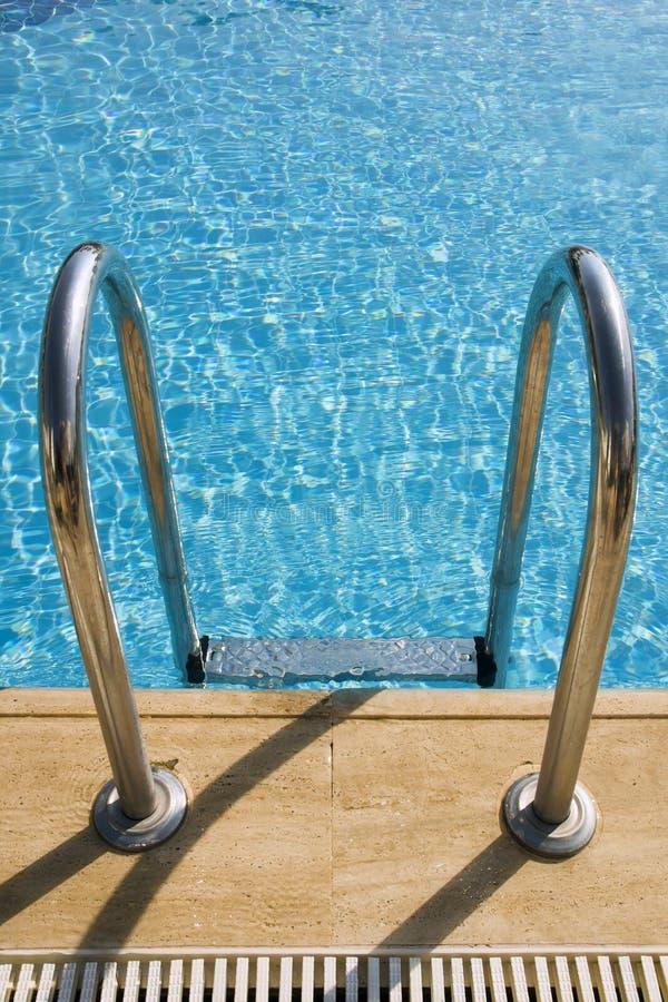 Pool mit Treppe lizenzfreie stockfotos
