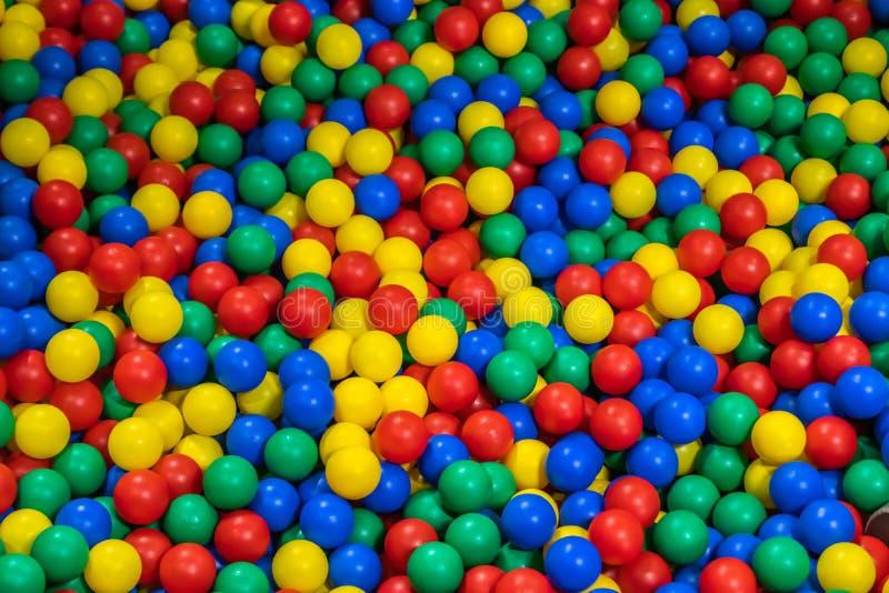 Pool mit vielen farbigen B?llen in den Kindern, die Raum spielen lizenzfreie stockfotografie