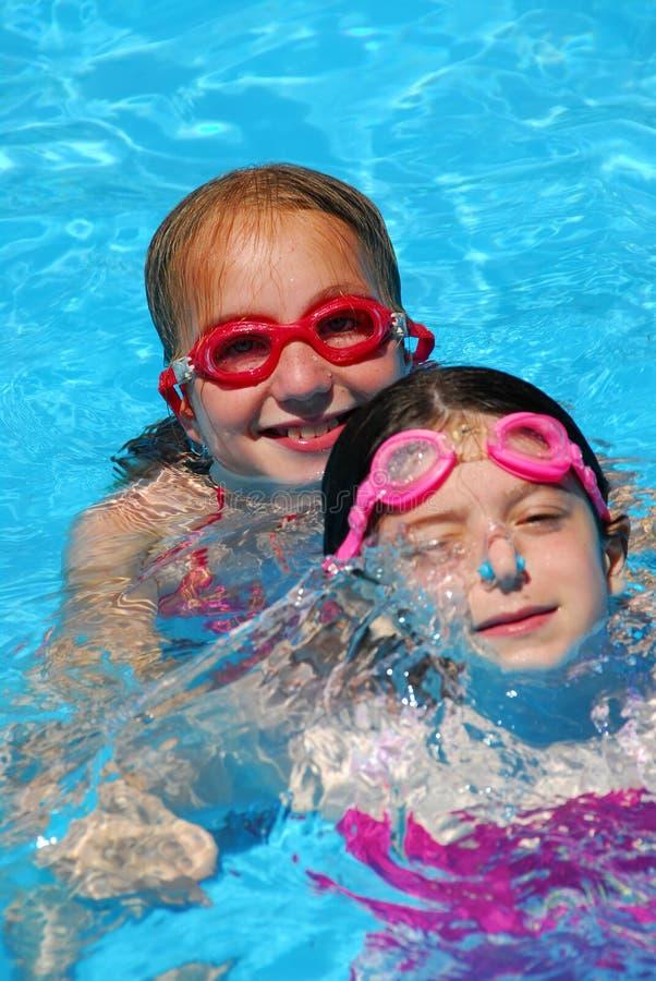 Pool mit zwei Mädchen lizenzfreie stockfotografie