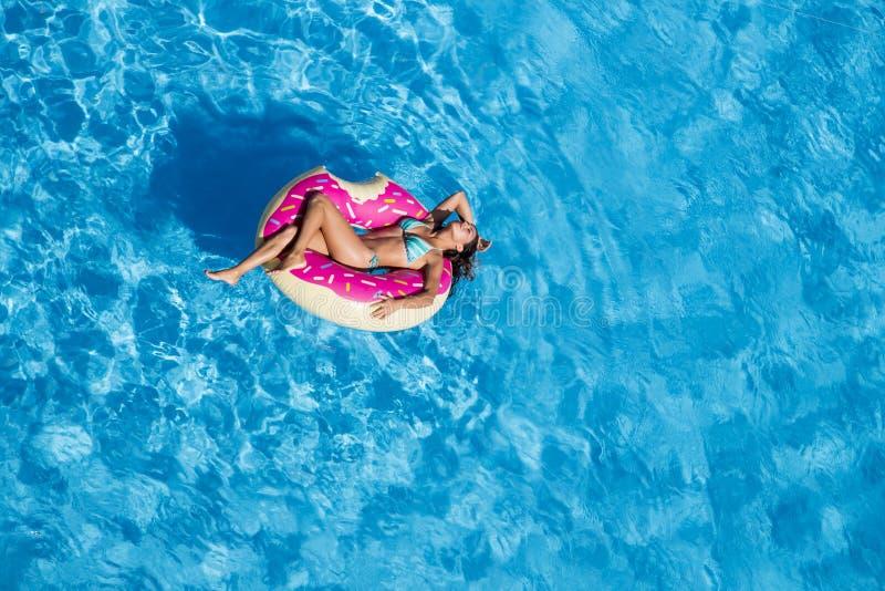 At The Pool modelo moreno hispánico imagenes de archivo