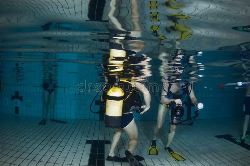 Pool onderwater met scuba-duikers stock foto's