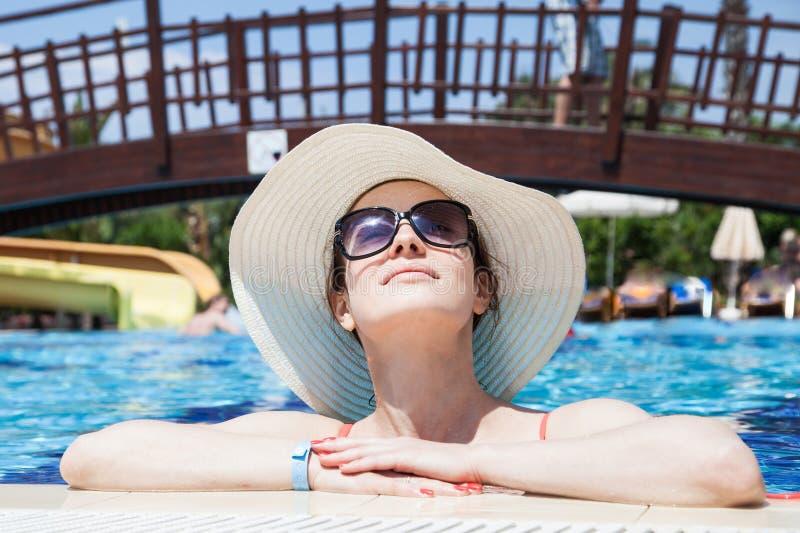 pool simningkvinnan arkivbilder