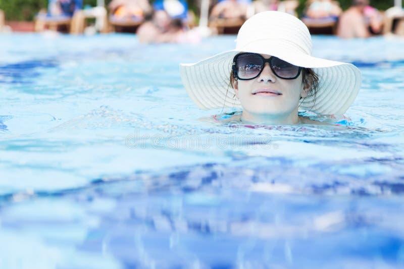 pool simningkvinnan arkivbild