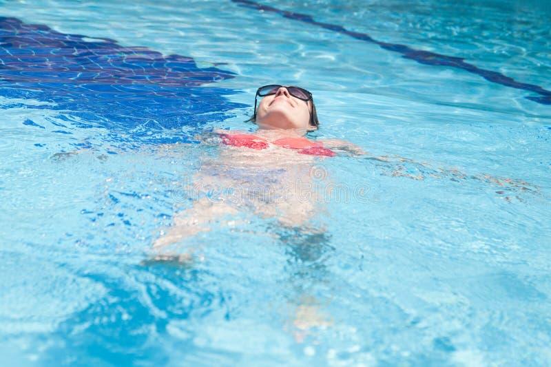 pool simningkvinnan royaltyfri foto