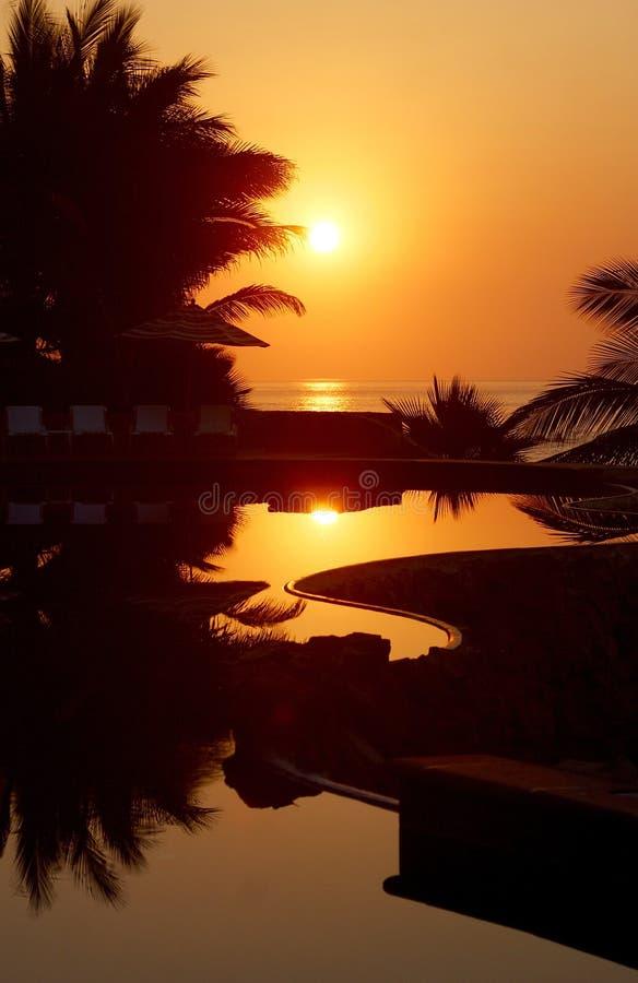 Pool am Sonnenuntergang stockfoto