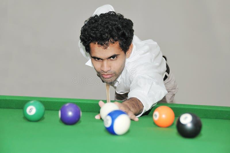 Pool-Spieler betriebsbereit zu schlagen lizenzfreie stockfotos