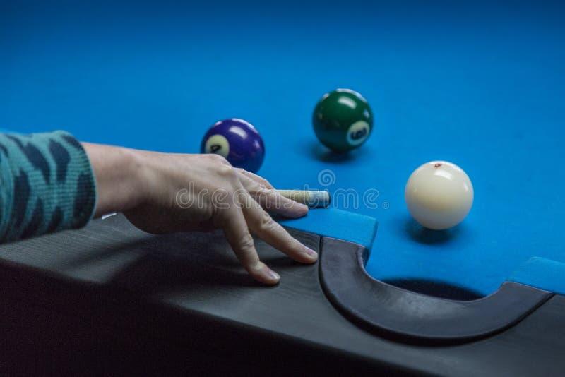 Pool-Spieler, der einen perfekten Schuss nimmt stockfoto