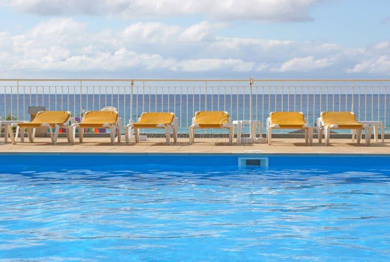 Pool sunbeds um ein Pool