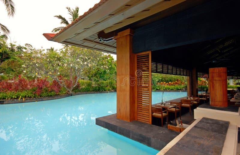 Pool und asiatischer Pavillon auf tropischer Rücksortierung (Bali, Indonesien) stockbild