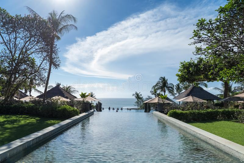 Pool und blauer Himmel in Bali lizenzfreie stockfotografie