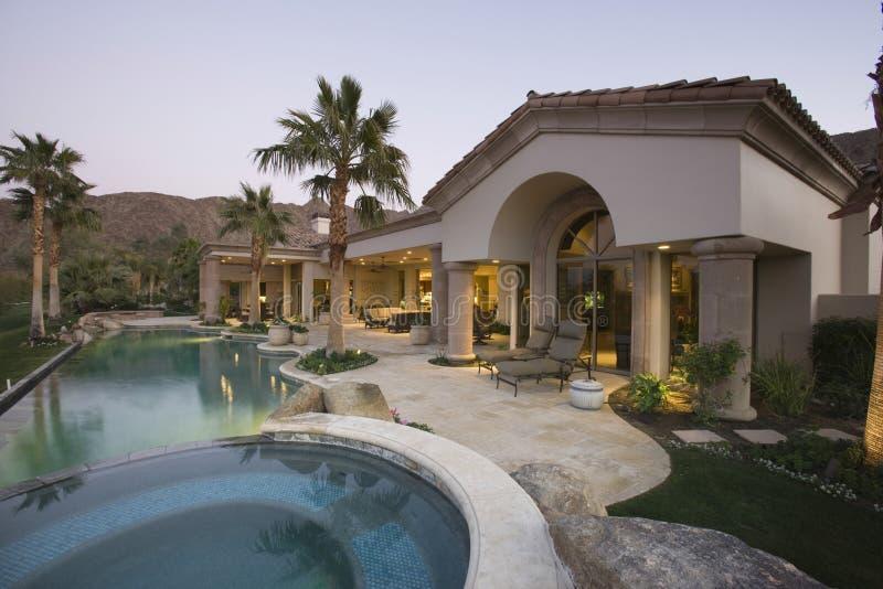 Pool und Haus außen an der Dämmerung stockfotos