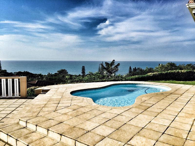 Pool und Meer lizenzfreies stockbild