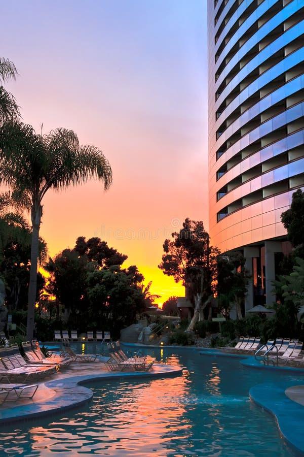 Pool und Rücksortierung am Sonnenuntergang lizenzfreie stockbilder