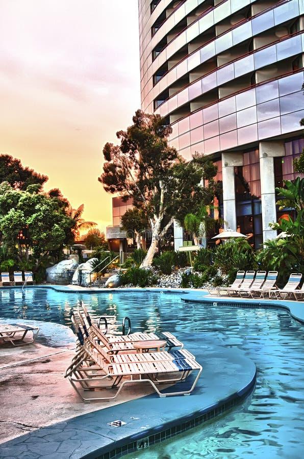 Pool und Rücksortierung am Sonnenuntergang stockfotografie