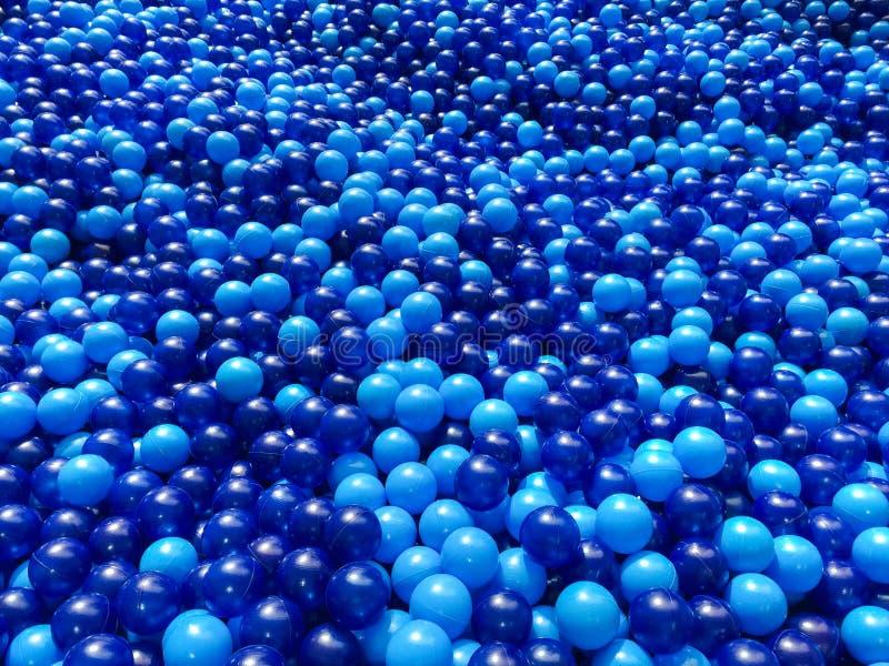 Pool van blauwe plastic ballen royalty-vrije stock afbeelding