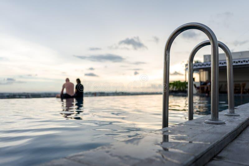 Pool in Yogyakara mit zwei Leuten lizenzfreies stockfoto