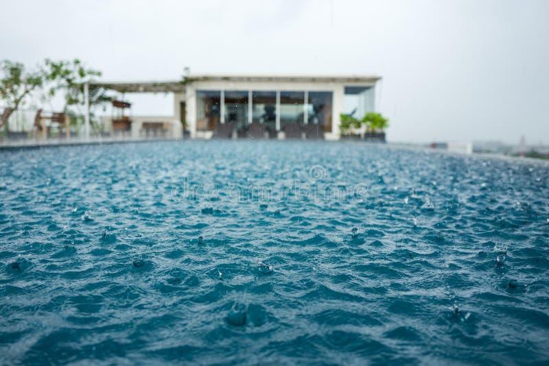 Pool in Yogyakarta tijdens regen stock fotografie