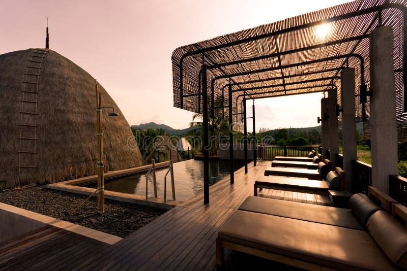 Poolbett neben dem Pool für entspannen sich lizenzfreie stockfotografie