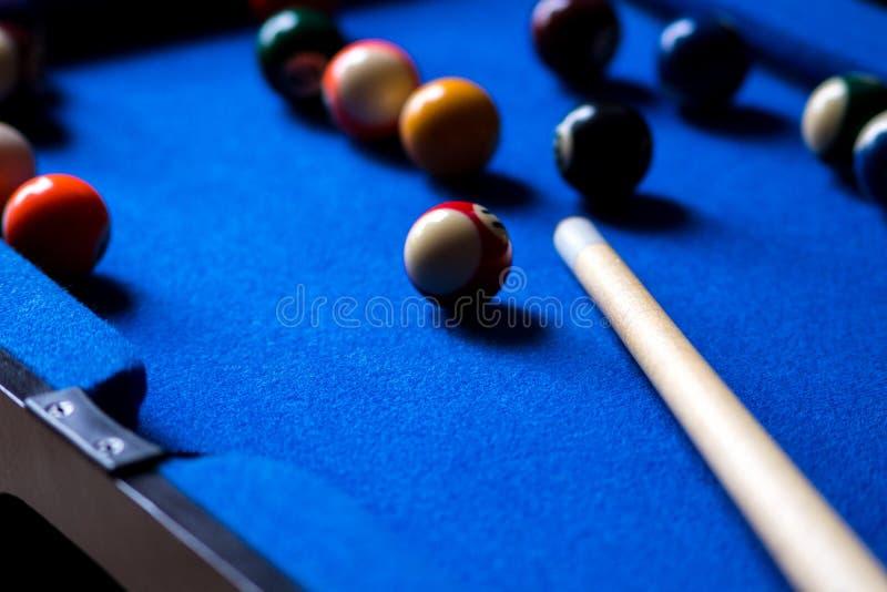 Poolbillardkugeln auf blauem Tabellensport-Spielsatz Snooker, Poolspiel lizenzfreies stockbild