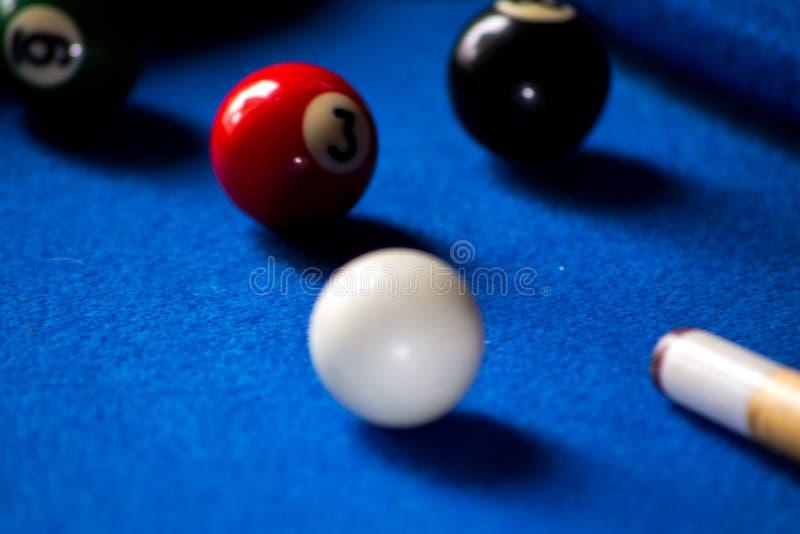Poolbillardkugeln auf blauem Tabellensport-Spielsatz Snooker, Poolspiel stockbilder
