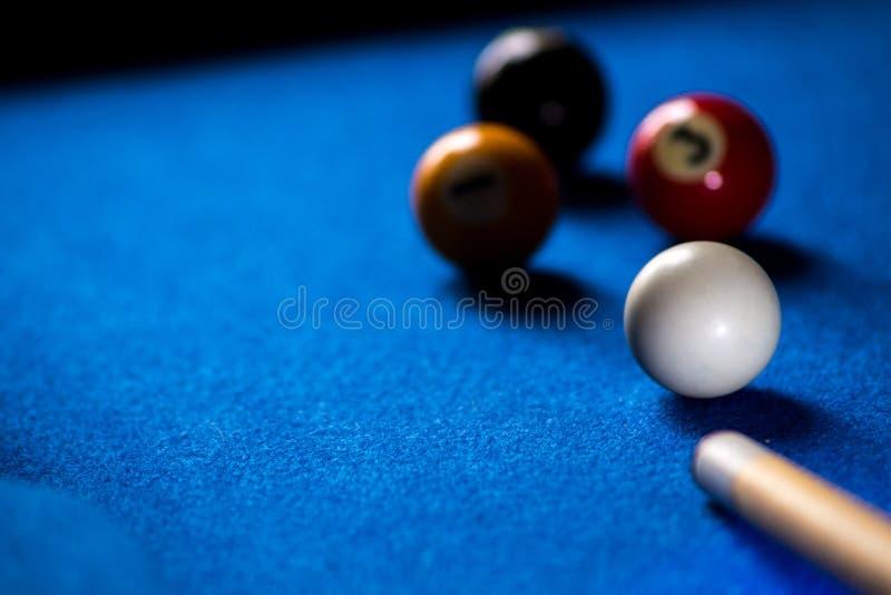 Poolbillardkugeln auf blauem Tabellensport-Spielsatz Snooker, Poolspiel lizenzfreie stockbilder