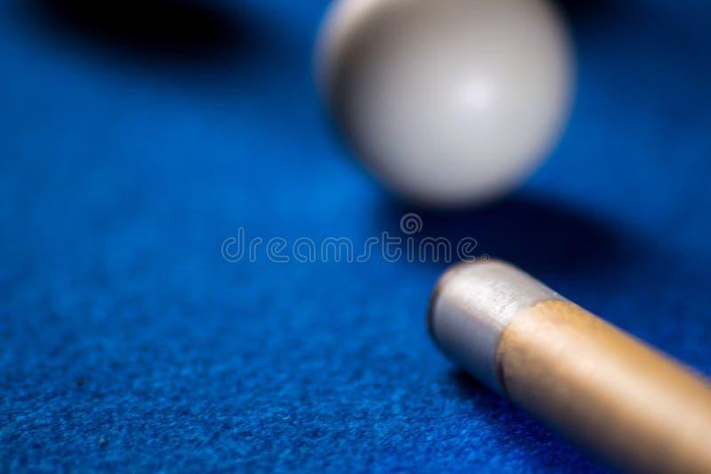 Poolbillardkugeln auf blauem Tabellensport-Spielsatz Snooker, Poolspiel stockfotos
