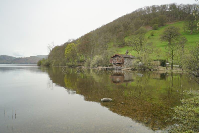 Pooley bridżowy łódkowaty dom z zielonym wzgórzem zdjęcia royalty free