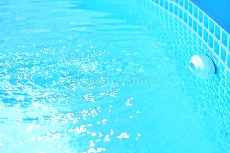 Poolfüllung mit frischem und sauberem blauem Wasser lizenzfreie stockfotografie