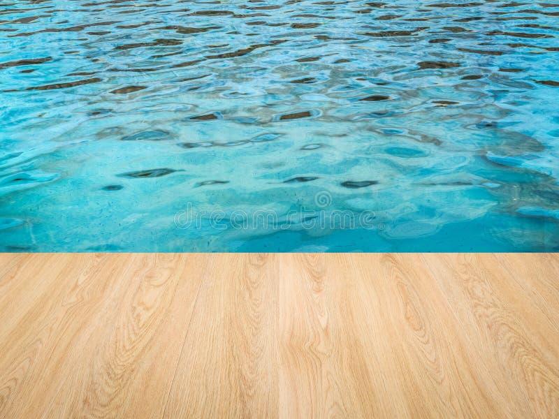 Poolkant met houten vloer stock afbeeldingen