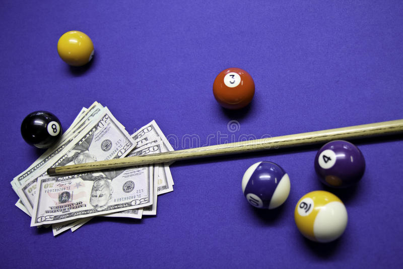 Poolkugeln und -marke mit US-Dollars lizenzfreie stockfotos