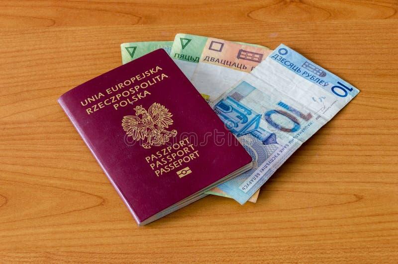 Pools biometrisch paspoort en Witrussische Munt royalty-vrije stock foto's