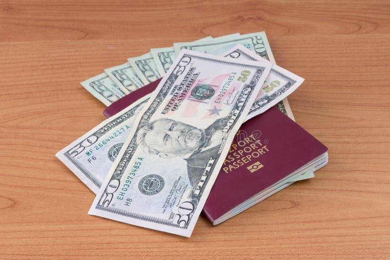 Pools biometrisch paspoort met de dollarbankbiljetten van Verenigde Staten royalty-vrije stock foto's