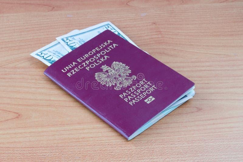 Pools biometrisch paspoort met vijftig de dollar van Verenigde Staten bankbiljetten stock fotografie