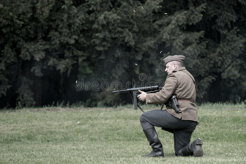Pools die militairvuren van het machinegeweer van Thompson tijdens het historische weer invoeren van WO.II is gebarsten royalty-vrije stock foto's