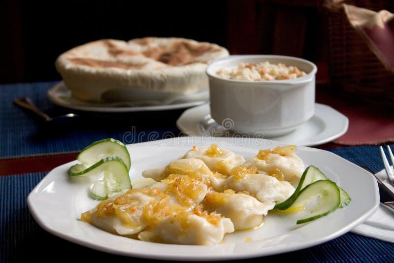 Poolse pierogi en Italiaanse soep stock afbeelding