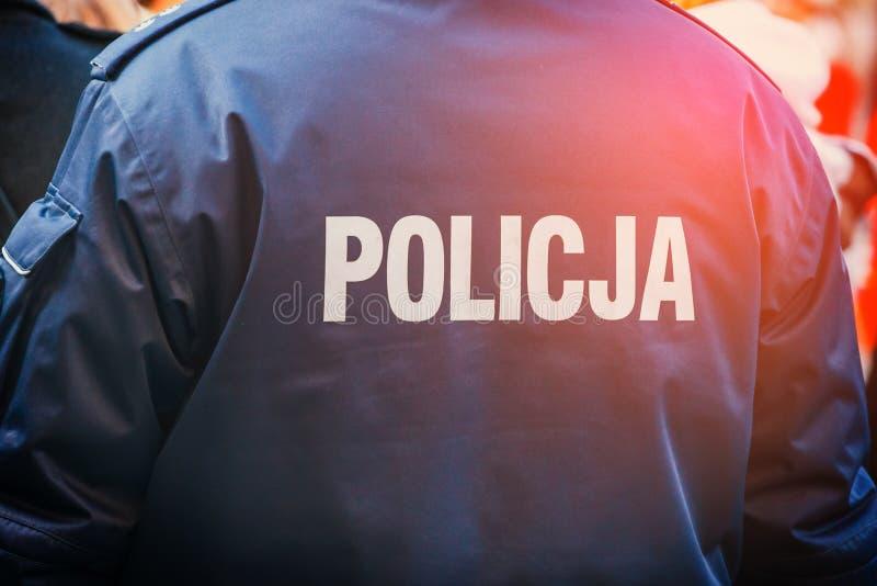 Download Poolse Politieman, Achtermening Stock Afbeelding - Afbeelding bestaande uit kracht, parade: 107702047
