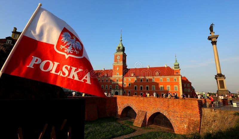 Poolse vlag met het wapenschild stock foto