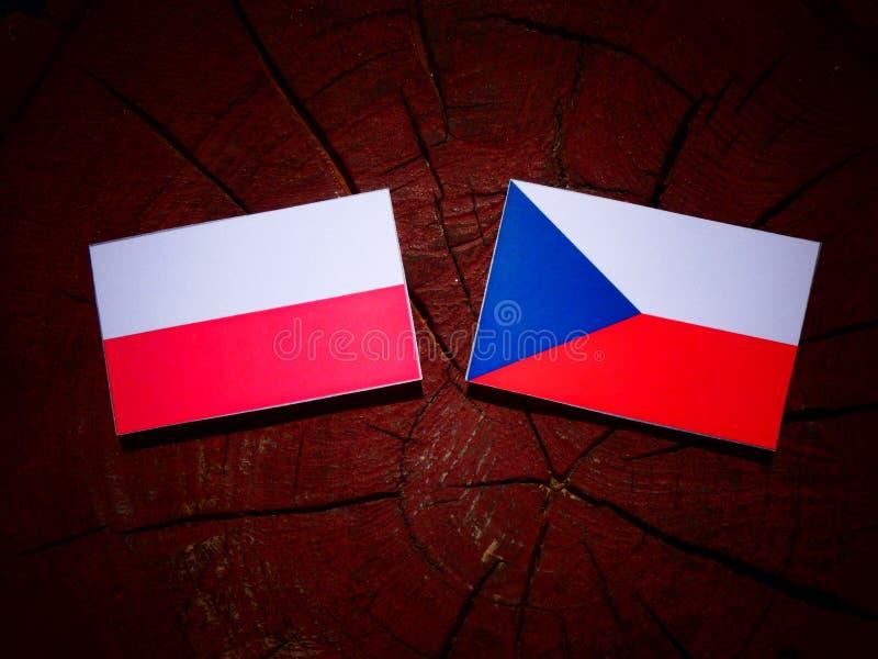 Poolse vlag met Tsjechische vlag op een boomstomp stock fotografie