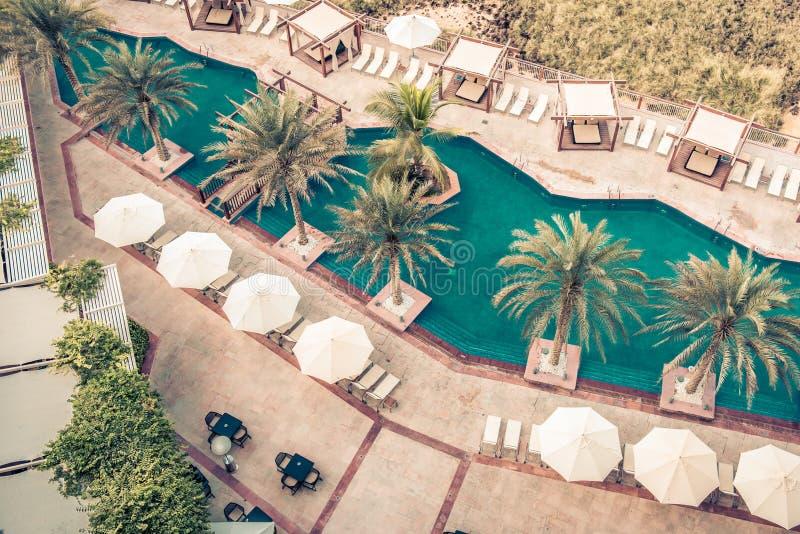 Poolside гостиницы с парасолями и ладонями стоковое изображение rf