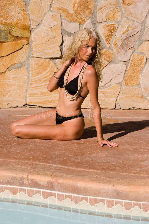 poolside девушки бикини стоковая фотография
