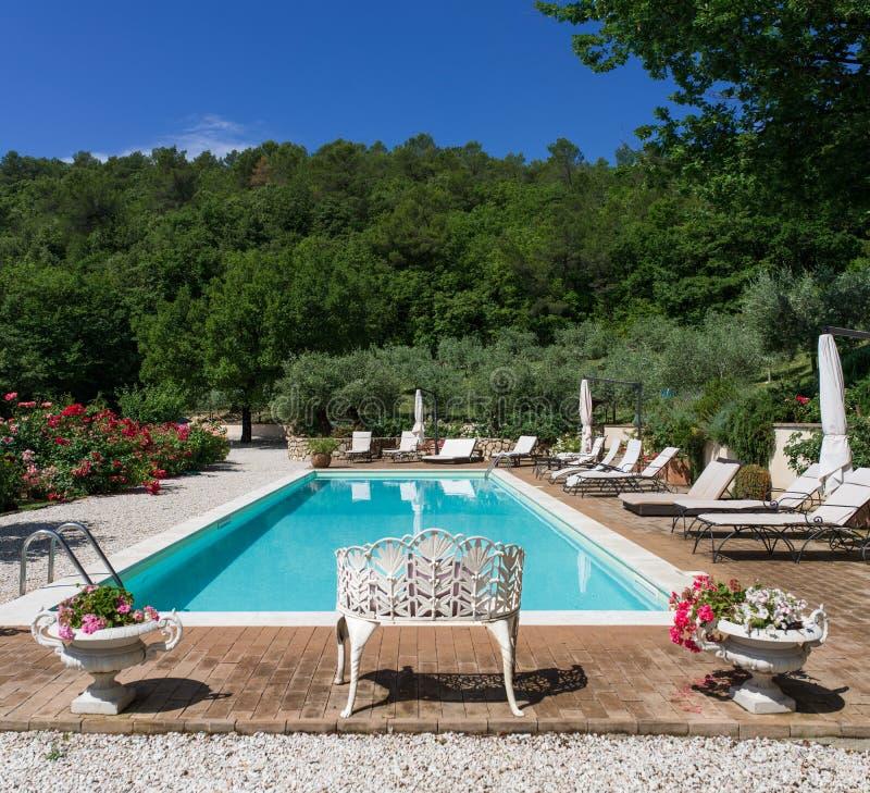 Poolside на классических бассейне и саде особняка стоковая фотография rf