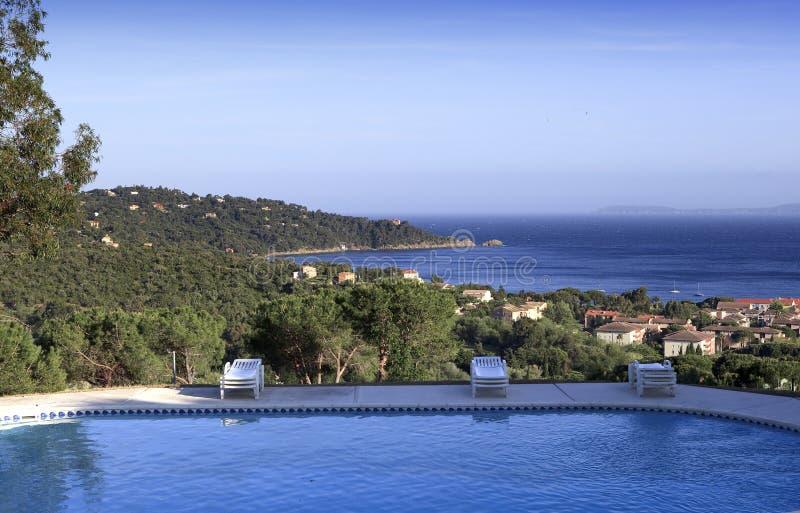 Poolside bei Le Lavandou, französischer Riviera, Frankreich lizenzfreies stockbild