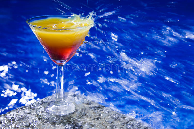 Poolside-Cocktail lizenzfreie stockbilder