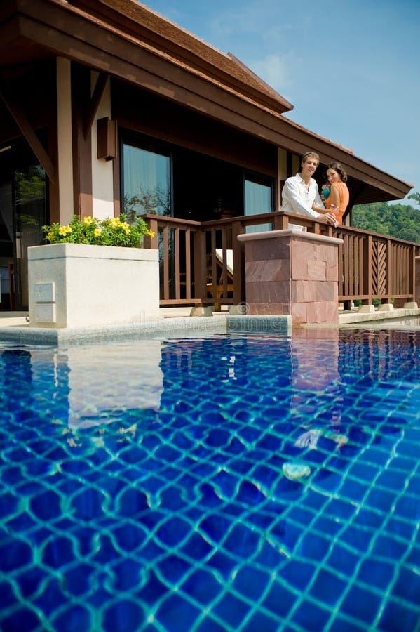 Poolside com bebidas fotos de stock royalty free