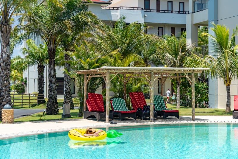 Poolside détendant en vacances Tanjung Benoa, Bali photos stock