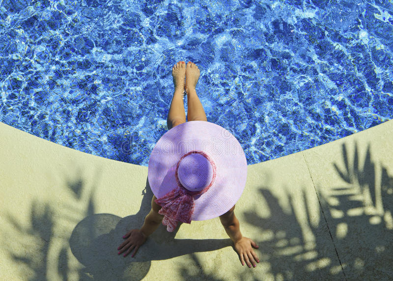 Poolside da mulher imagens de stock royalty free