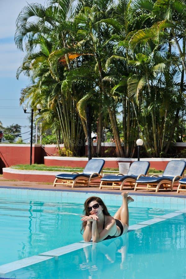 Poolside de la muchacha foto de archivo