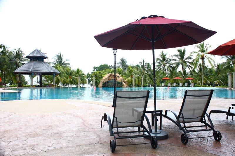 Poolside Deckchair all'albergo di lusso fotografie stock libere da diritti