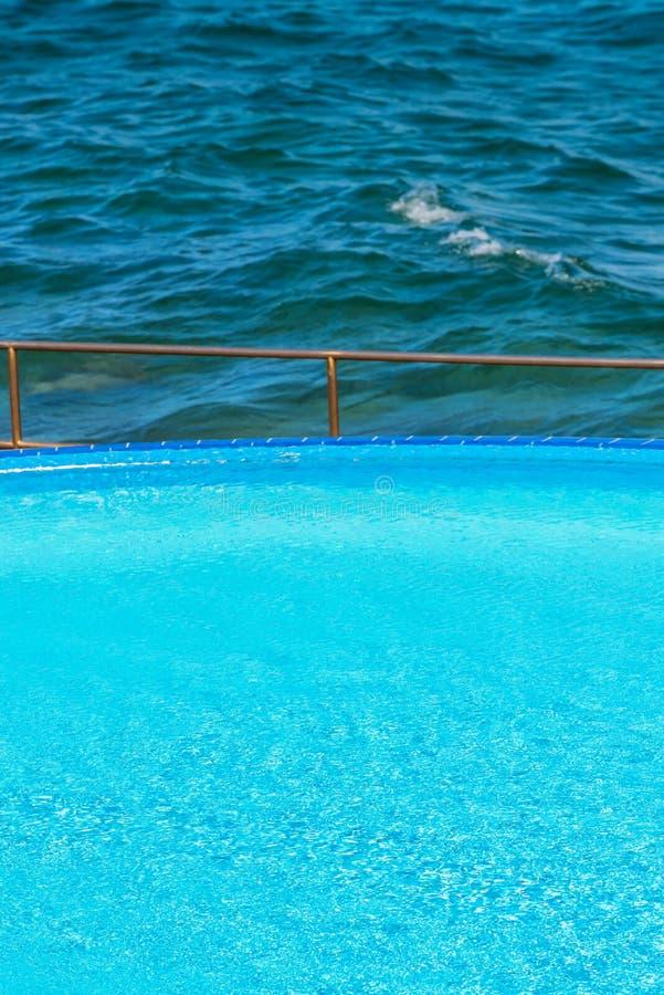 Poolside durch das Meer lizenzfreies stockbild