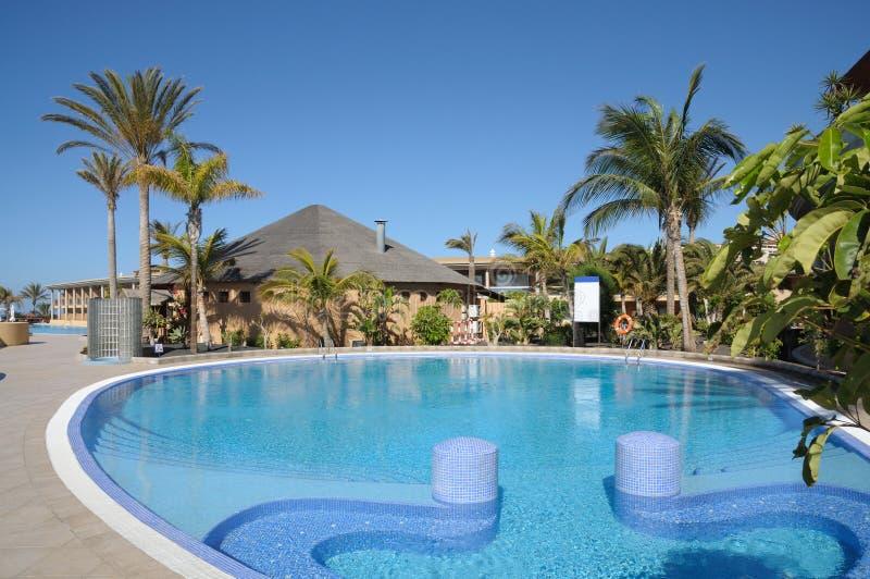 Poolside em um recurso tropical fotografia de stock